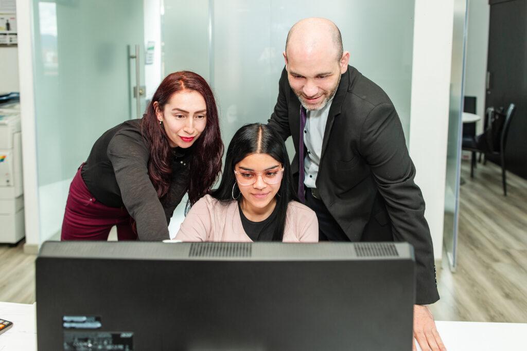 Grupo de compañeros de trabajo en Biz Latin Hub