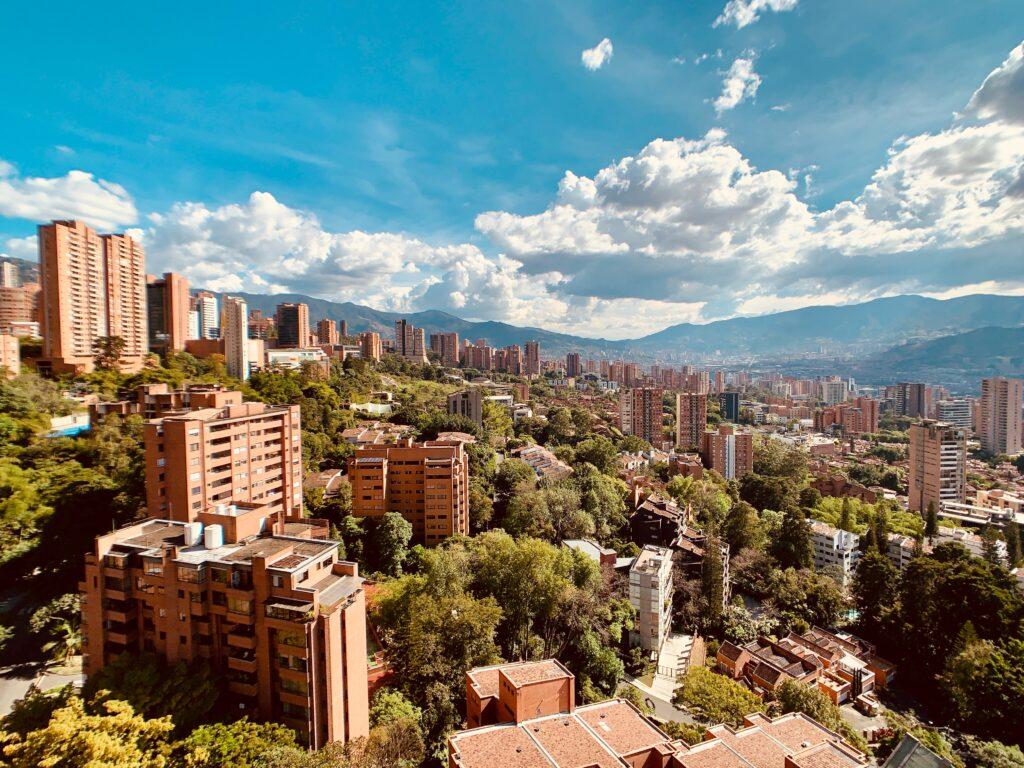 Vista de una ciudad de Colombia, donde el gobierno promueve la inversión extranjera de Colombia