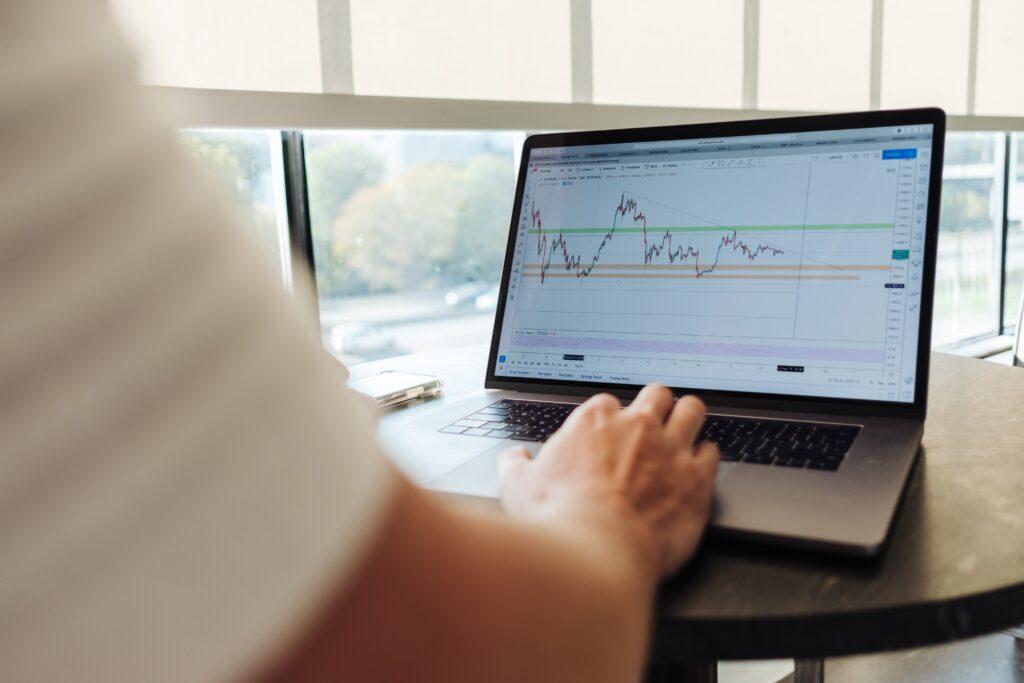 Hombre investigando en su computadora sobre la industria FinTech de Colombia.