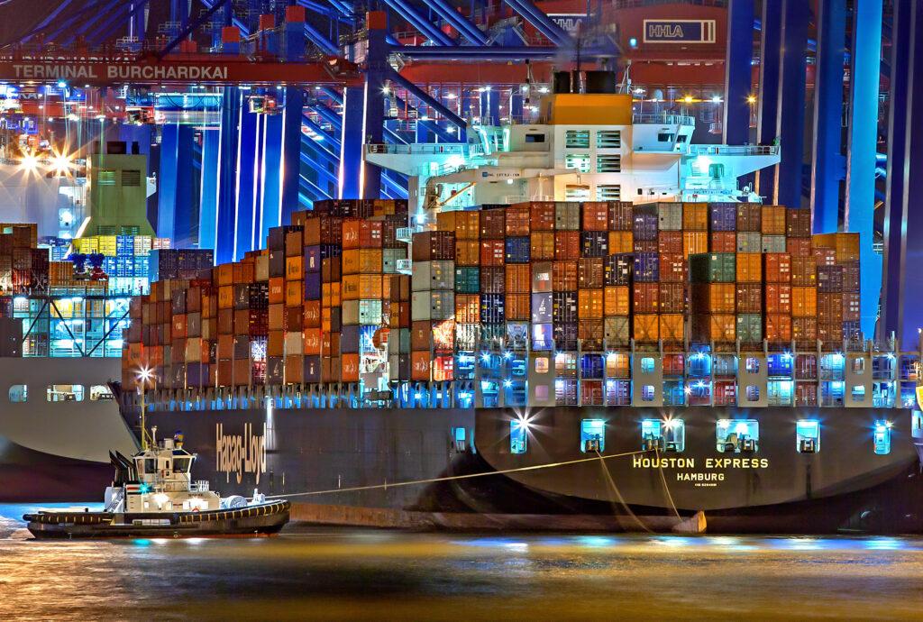 Barco comercial en un puerto marítimo, beneficiándose de los incentivos a la inversión extranjera de Colombia