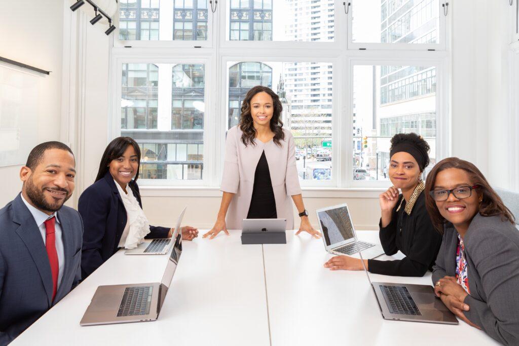 Agente de formación de empresas en República Dominicana con otros 4 empresarios en una oficina.
