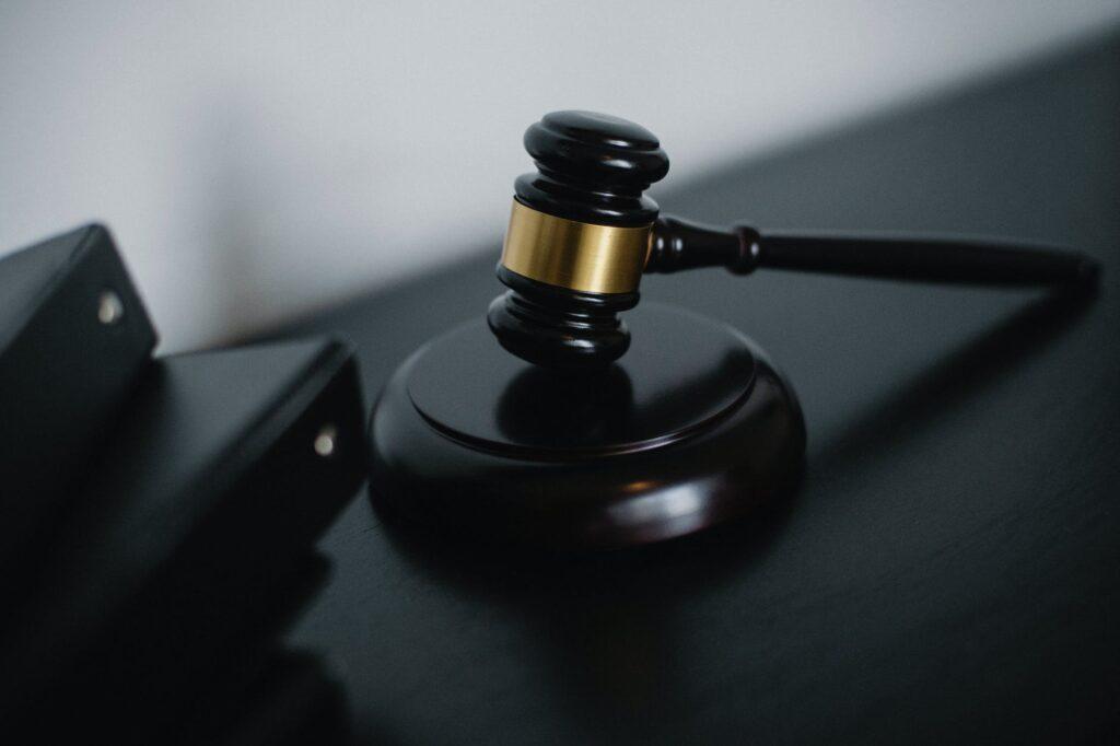 Un mazo que representa la legislación en El Salvador en el que un agente de formación de empresas podrá asesorarlo
