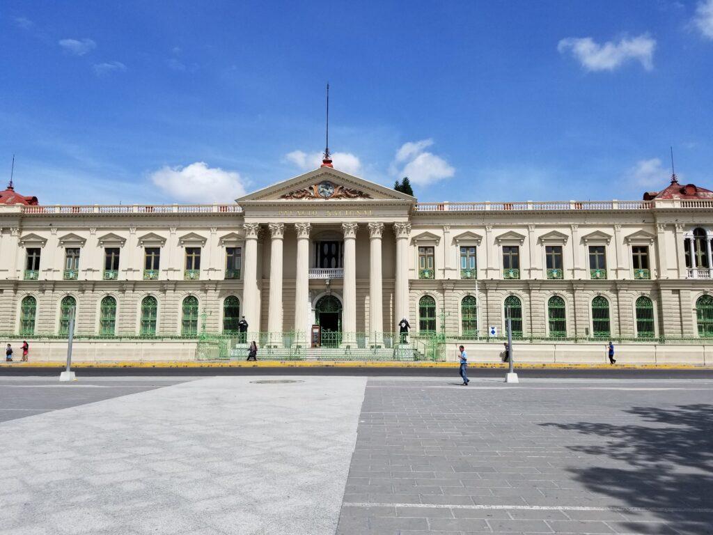 El Palacio Nacional en San Salvador, la capital de El Salvador, donde es posible que desee buscar ayuda profesional para establecer una empresa.