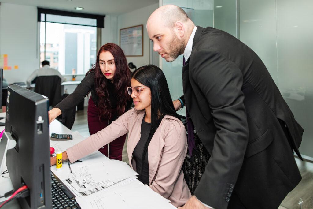 El personal de BLH revisa las actualizaciones regulatorias para octubre de 2020