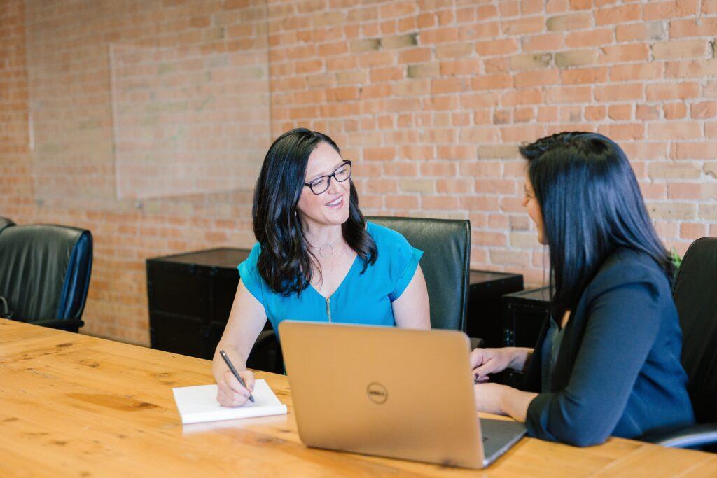 Dos mujeres en una oficina realizando una entrevista de trabajo