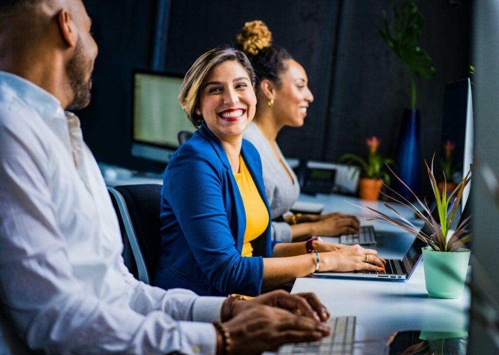 Empleados que trabajan en una oficina después de haber sido contratados por un empleador registrado en México