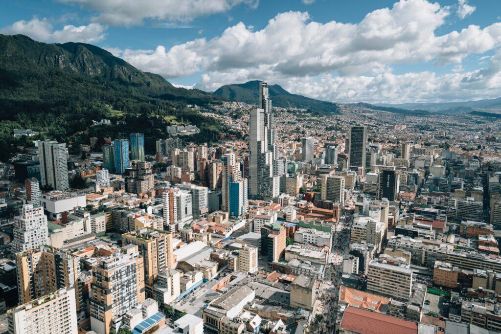 La ciudad de Bogotá, donde se encuentran muchos bufetes de abogados corporativos en Colombia.
