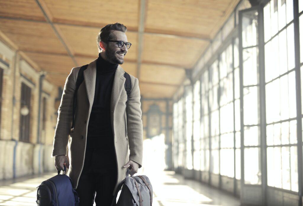 Hombre de negocios en un aeropuerto que representa a alguien que viaja a Panamá después de haber obtenido una visa de negocios en Panamá.