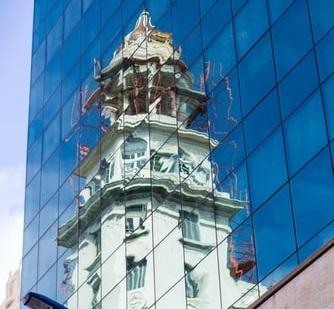 Un reflejo de un edificio gubernamental en Uruguay