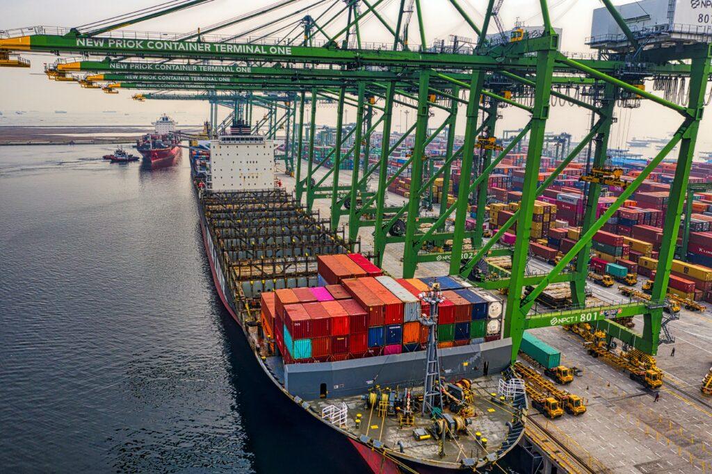 Embarque en puerto con contenedores, representando la mercadería cuyo valor se ve afectado por los precios de transferencia en Brasil.
