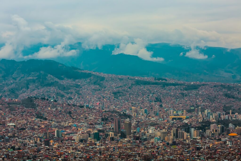 Una vista aérea de La Paz, la capital ejecutiva de Bolivia, donde es posible que desee registrar una dirección fiscal en Bolivia
