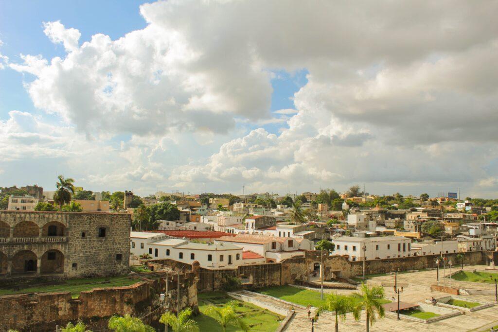 Vista aérea de Santo Domingo, ciudad donde se establecen empresas que buscan un abogado corporativo en República Dominicana.