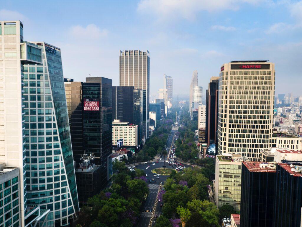Vista aérea de la capital de México, que representa la ciudad donde residen quienes solicitan una visa de inversionista en México.