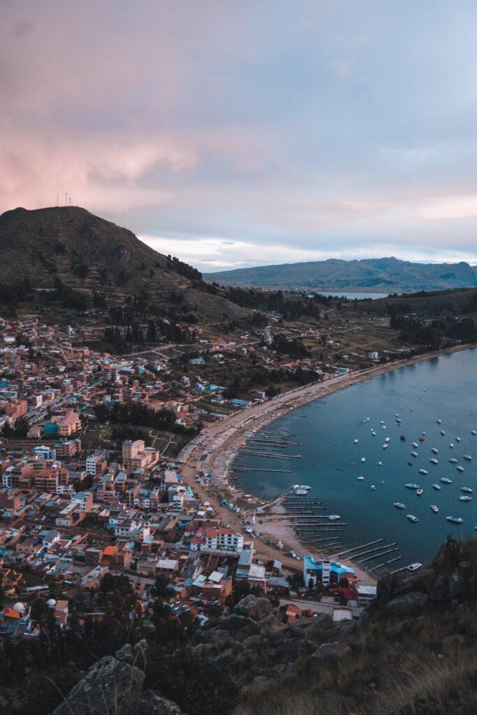 Ciudad de Copacabana, que representa una ciudad en la que empresas tecnológicas de Bolivia deciden hacer negocios.