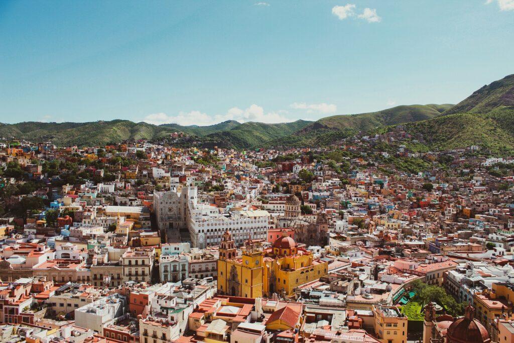 Vista aérea de la ciudad de Guanajato en México, que representa una ciudad donde los inversionistas extranjeros pueden encontrar un buen abogado corporativo en México.