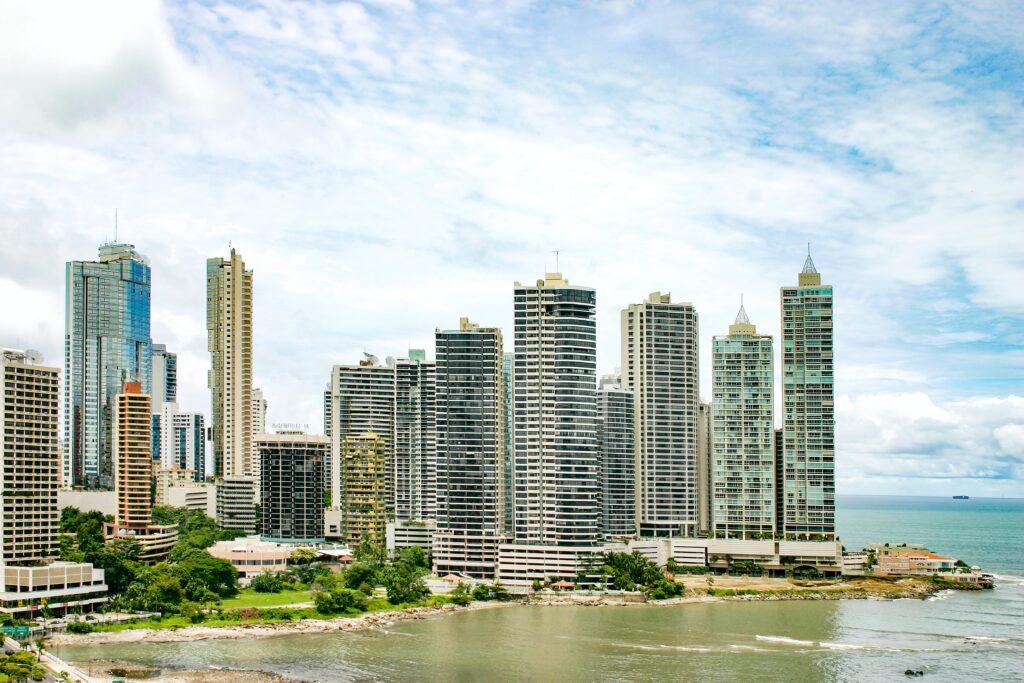 Vista aérea de la ciudad de Panamá, donde el inversionista extranjero puede encontrar un proveedor de servicios legales corporativos en Panamá.
