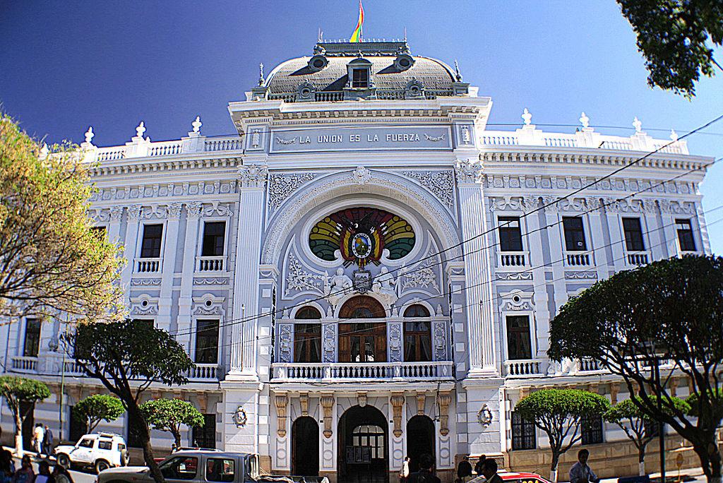 Palacio del Gobierno Autónomo Departamental de Chuquisaca, ubicado en Sucre, ciudad popular entre inversionistas extranjeros que desean formar una sucursal en Bolivia.