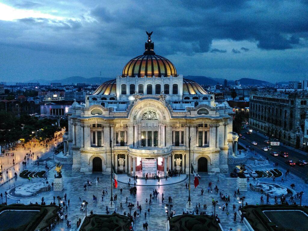 Vista aérea del teatro de bellas artes en la Ciudad de México, la capital del país, una ciudad a la que van la mayoría de inversionistas extranjeros que están considerando iniciar un negocio en México.