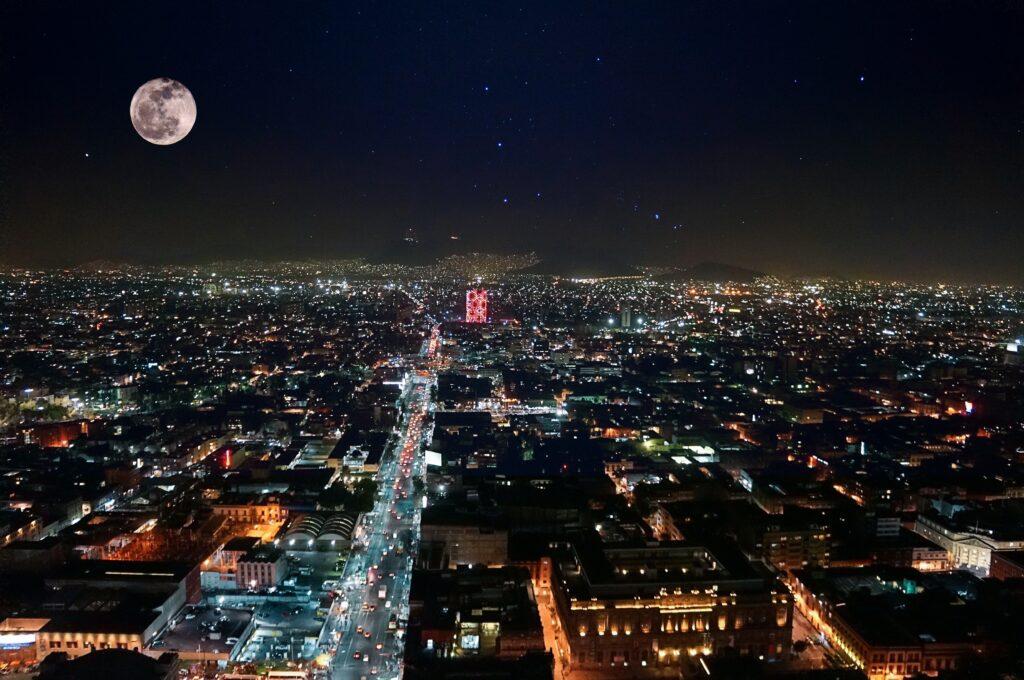 Vista aérea nocturna de la ciudad de México, un destino popular entre quienes desean formar una sucursal en México.