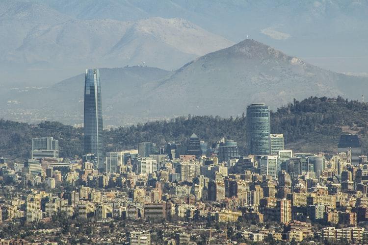 चिली की राजधानी सैंटियागो और निवेश के केंद्र की एक तस्वीर