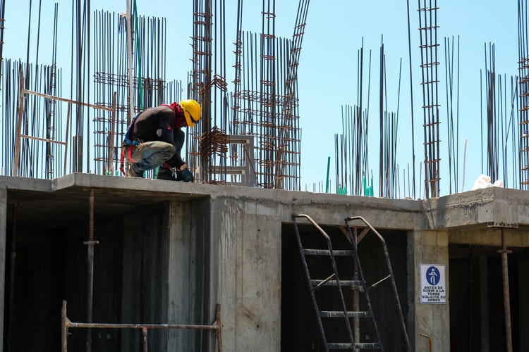 A photo of a worker in Colombia. Workers in four Andean countries can now move more freely as part of a new scheme promoting regional integration in Latin America