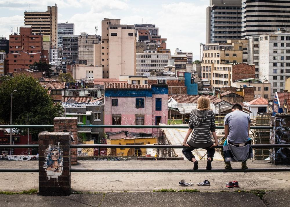 बोगोटा में दो युवकों की एक तस्वीर।  कोलंबिया में हाल ही में एक कर सुधार युवा लोगों के रोजगार को प्रोत्साहित करना चाहता है