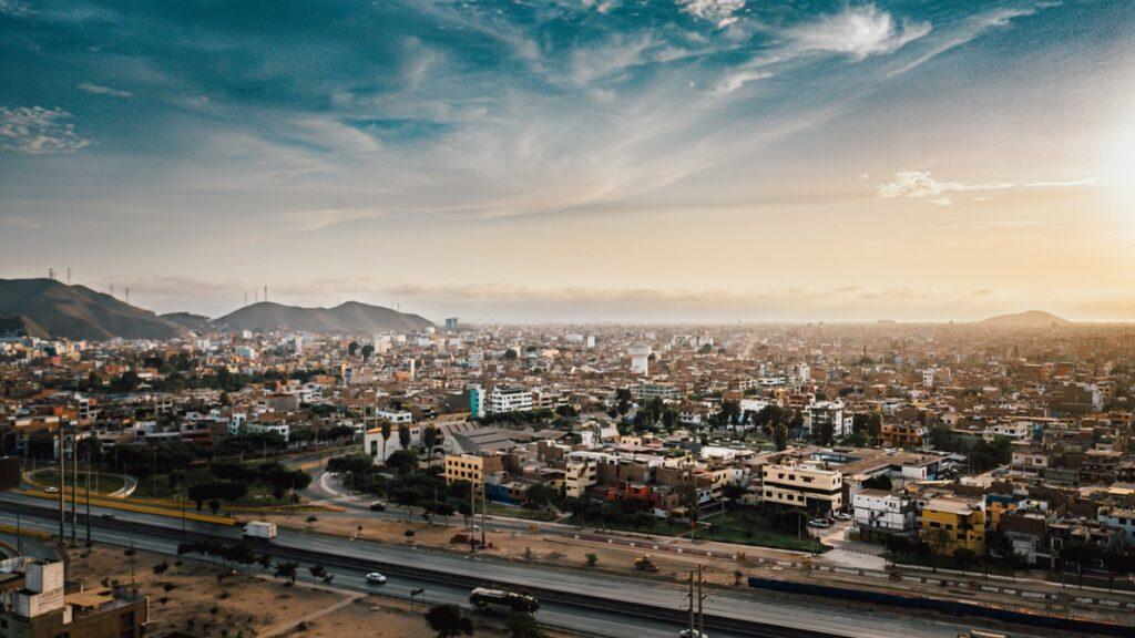 पेरू में लीमा की एक तस्वीर, जहां ईसीएलएसी की जीडीपी विकास भविष्यवाणी में काफी वृद्धि हुई है, लैटिन अमेरिका के कारोबार के लिए एक सकारात्मक संकेत है।