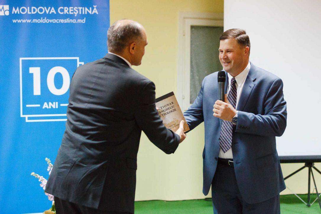 Ion Miron oferă în dar dicționar teologic la aniversarea MOLDOVA CREȘTINĂ 10 ani