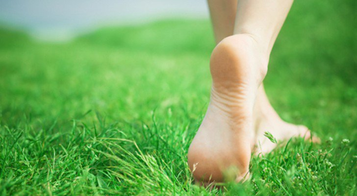 This Is Not 'New Age' BullSh**' – The Real Effects That 'Earthing' Can Have On Your Body