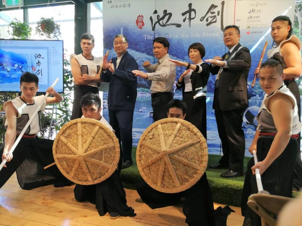 力麗觀光董事長蔡宗易、十鼓擊樂團團長謝十,與雄獅集團聯手打造全新創作的《池中劍》劇碼。(記者 陳安婷/攝)