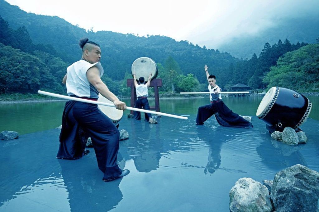 俠客行走於如夢似幻的明池湖中,展開一場絕無僅有的鼓樂藝術。