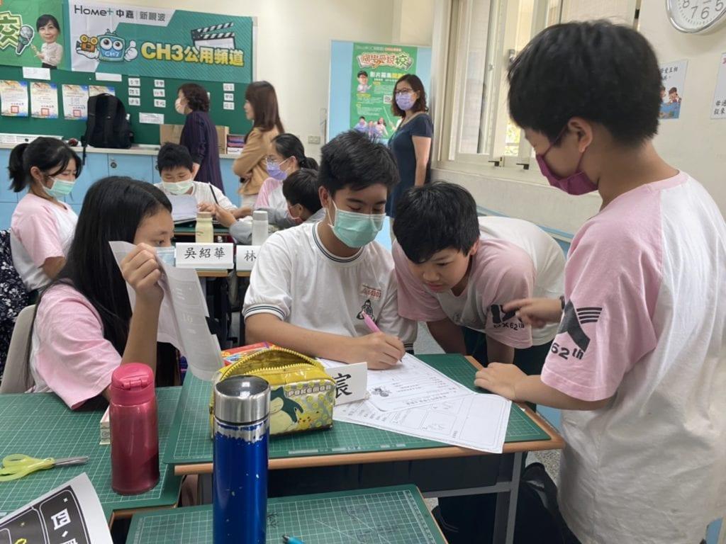 學童們都展現出學習的濃厚興趣。
