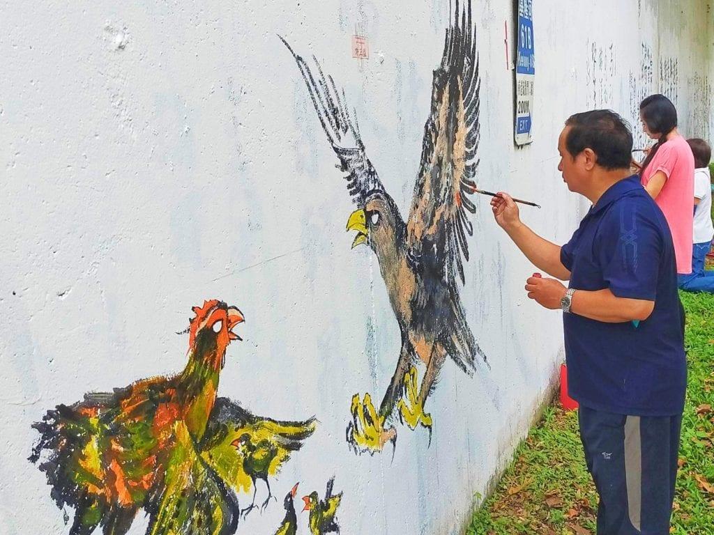 許正益老師的禽鳥壁畫呈現祥和與溫煦的質感。(記者 辛澎祥/攝)