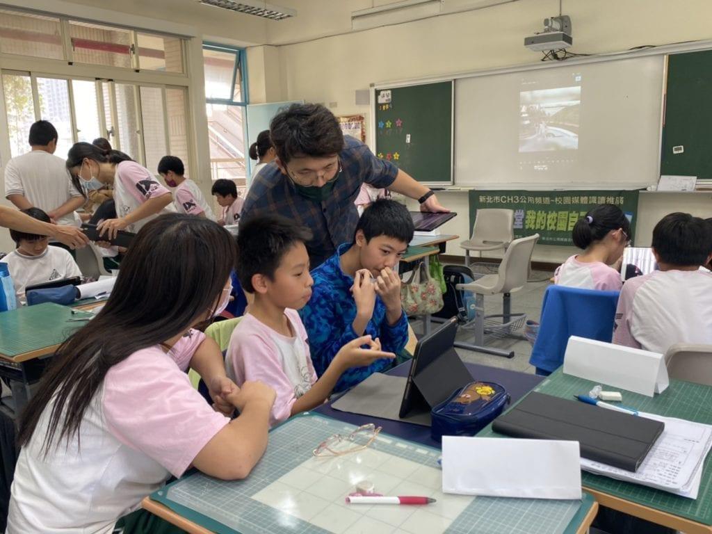 頂溪國小學生學習媒體拍攝與構圖技巧。