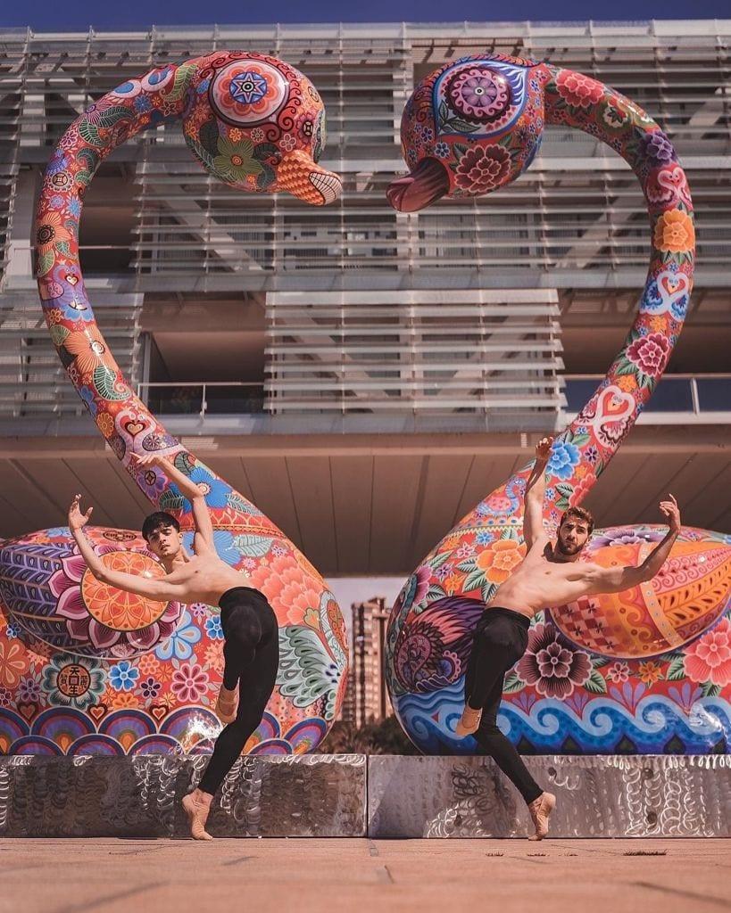 貝尼多爾姆市政府廣場前的洪易作品《天鵝》 (1)