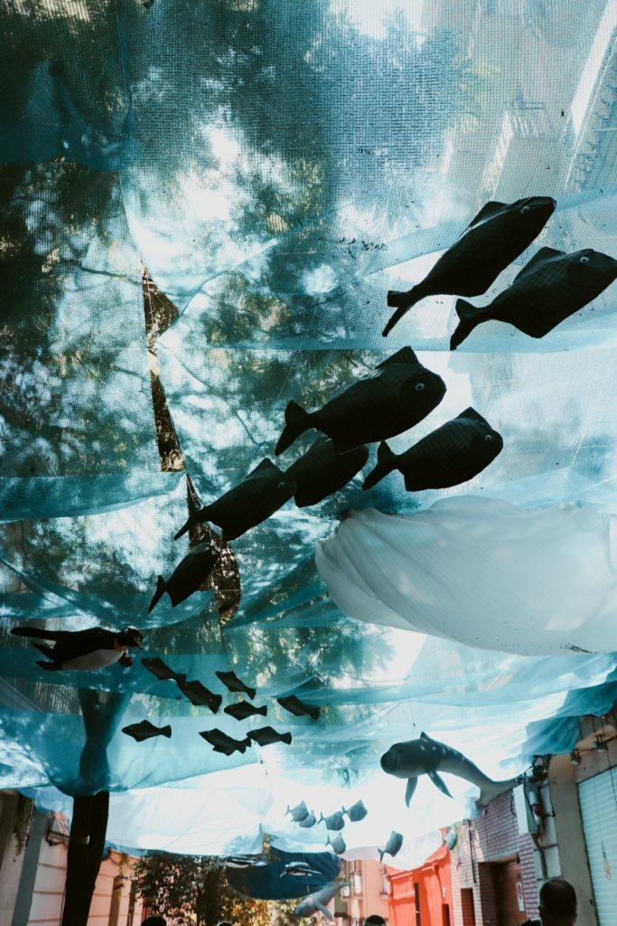 ▲恩典區節慶的街道裝飾「海底世界」(圖/李羽芊攝)