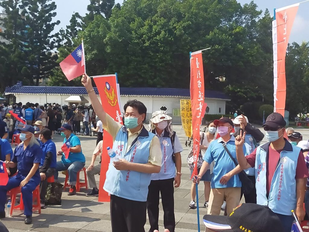 台北市退休警察人員協會理事長陳合良振臂高呼,展現旺盛的行動力。(記者 辛澎祥/攝)