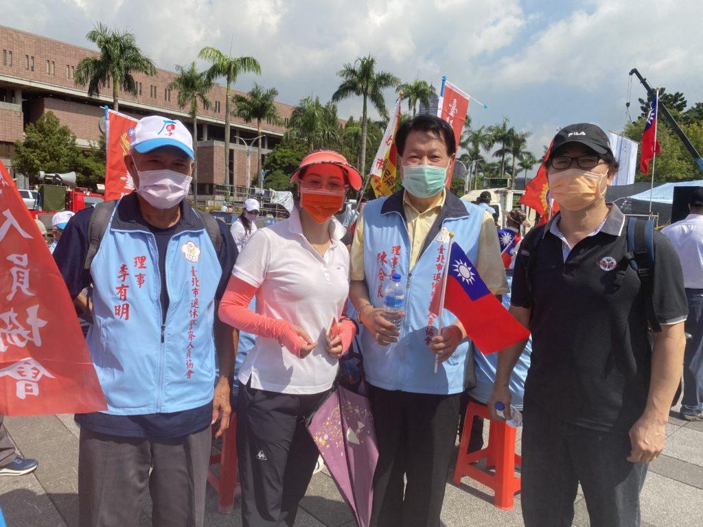 陳合良理事長(右二)為挺全國警察人員而顯得義無反顧。(記者 辛澎祥/攝)