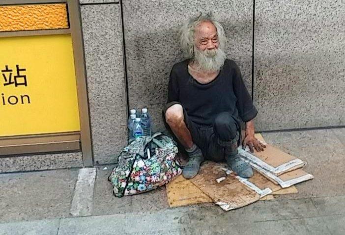 七旬老翁遊民在台北車站已年餘,安置與就醫問題至今未決。(記者 辛澎祥/攝)