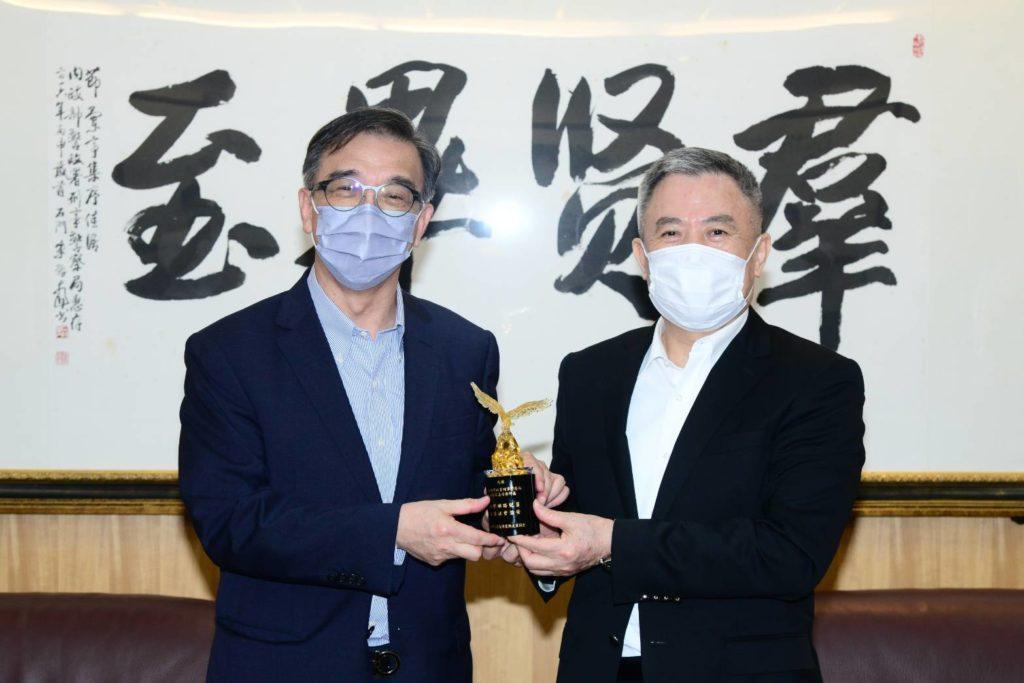 台灣有線寬頻產業協會理事長鄭俊卿(左)與刑事局局長黃嘉祿在會中合影留念。(圖/CBIT 提供)