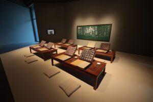 徐冰《英文方塊字書法書房-古典版》 ,鼓勵觀眾以字帖臨摹重新思考書寫和文字的本質。