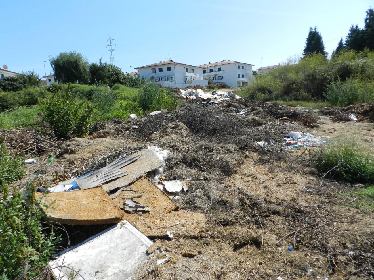 FERREIROS - Moradores indignados com o lixo depositado perto de casa
