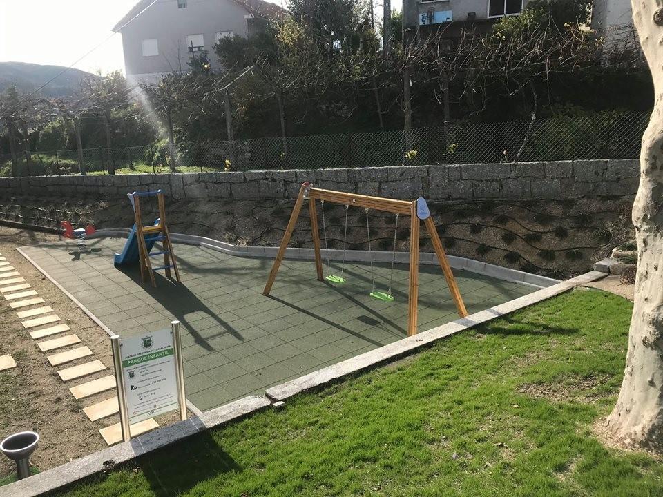 CARVALHEIRA –  Junta constrói parque infantil aberto à comunidade