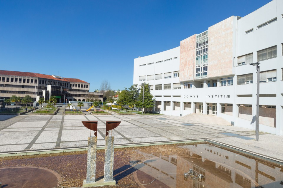 JUSTIÇA - Três anos e oito meses de prisão por roubo de 20 euros com navalha em Braga