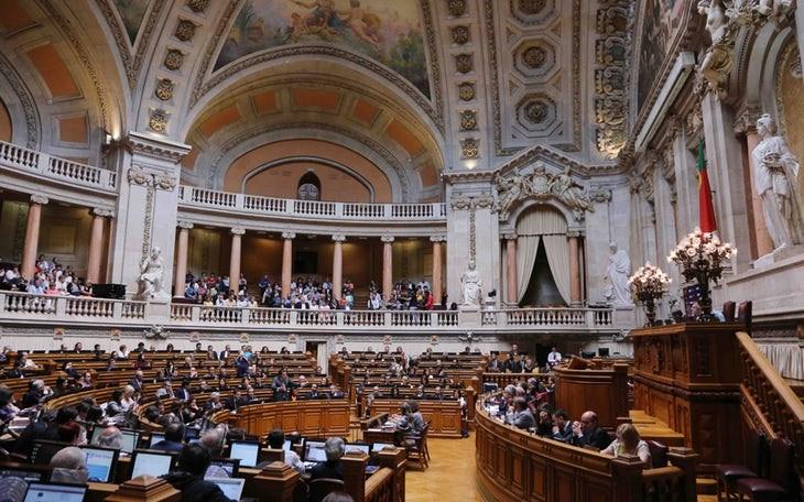 PAÍS – Fim das propinas chumbado com votos contra do PS, PSD e CDS