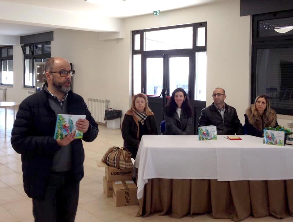 """AMARES –  EB 2,3 recebeu apresentação de livro solidário """"Histórias de Ajudaris""""."""