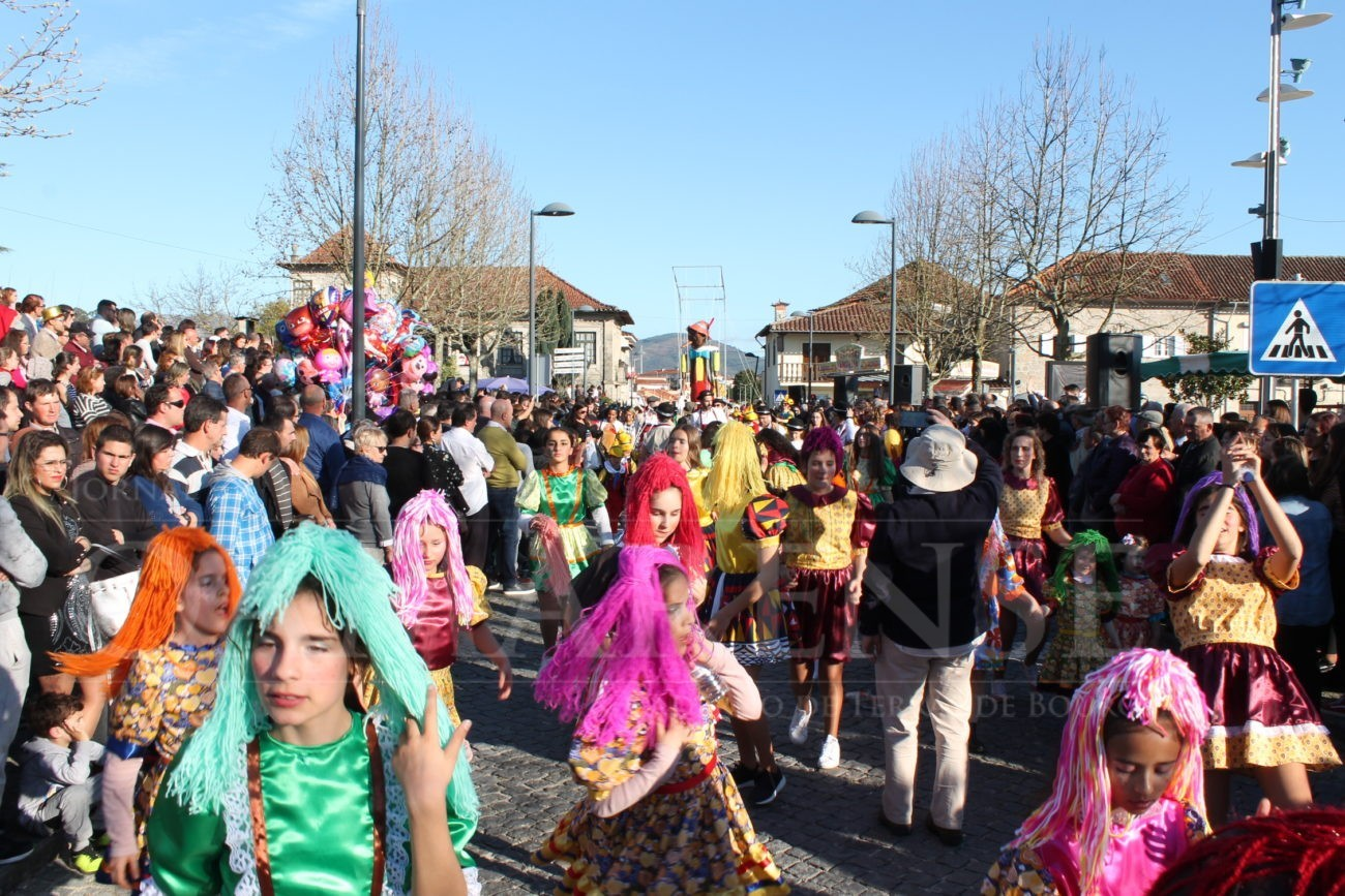 AMARES - Milhares de pessoas nas ruas assistiram ao desfile de Carnaval