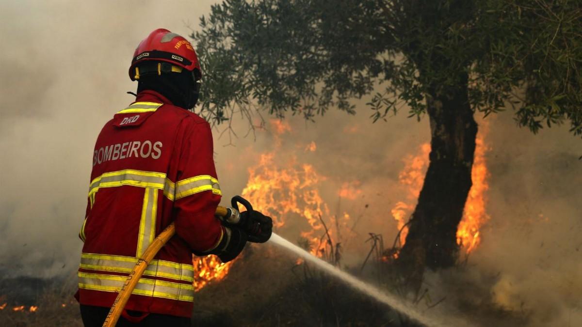 AMARES –  Bombeiros combatem incêndio em Paradela de Frades