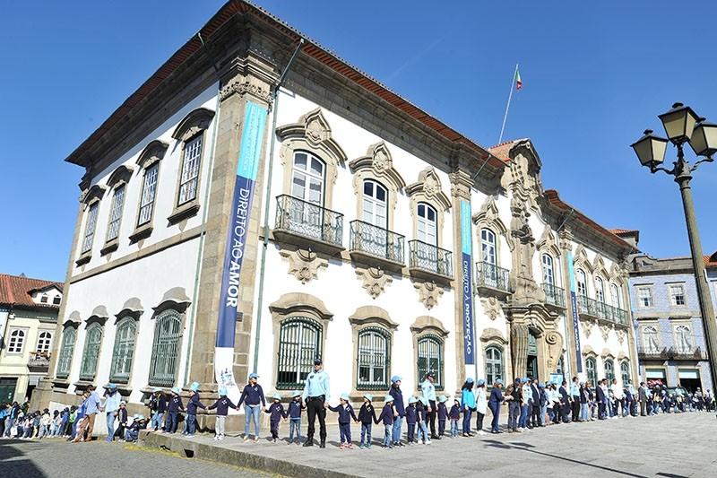 BRAGA - Cerca 2.500 crianças de escolas de Braga encerram 'Mês Azul' com cordão humano