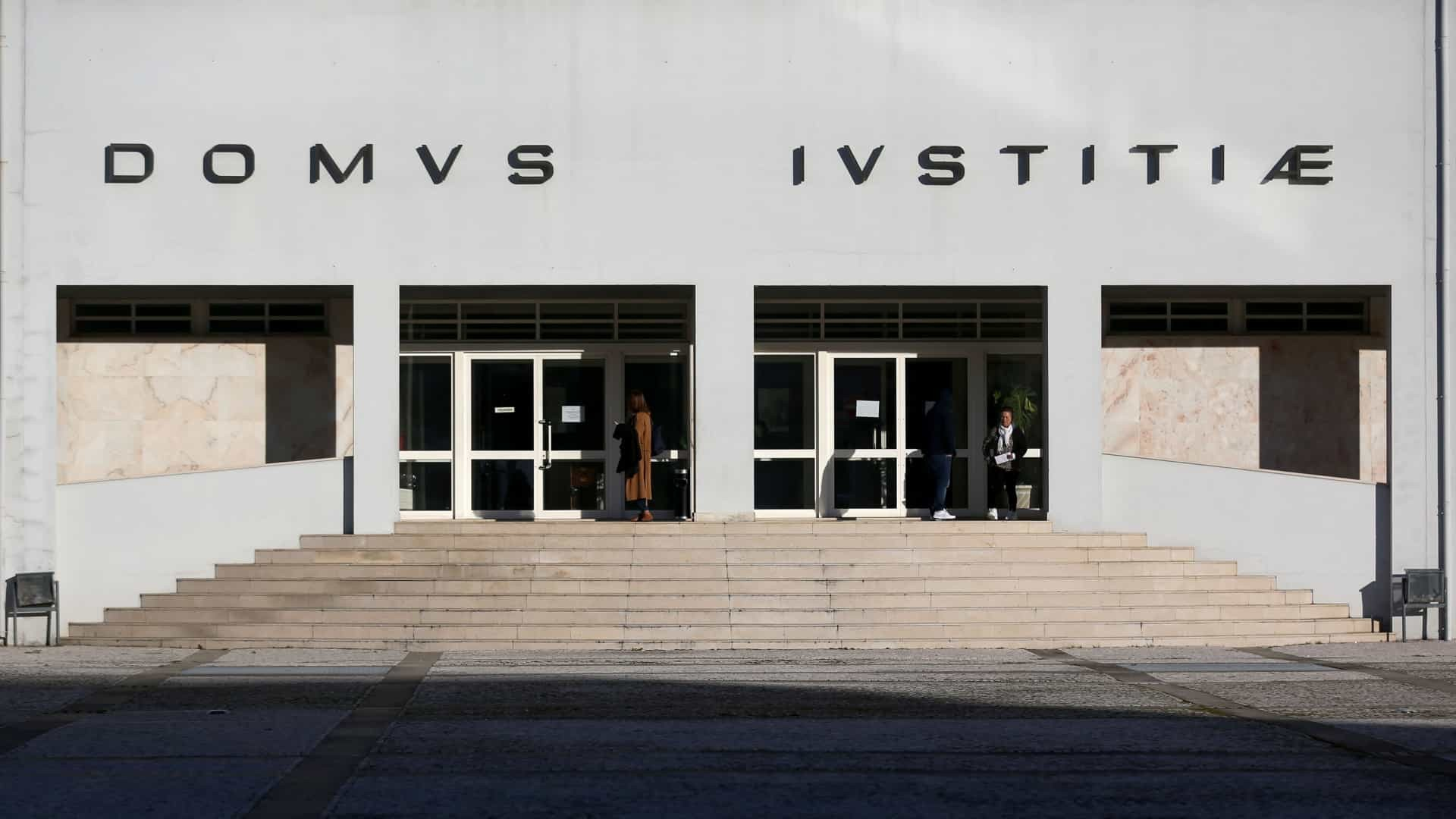 JUSTIÇA - Médico e sócios de clínica de Barcelos condenados a pagar 140 mil euros a dois queixosos